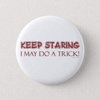 Guarde el botón el mirar fijamente