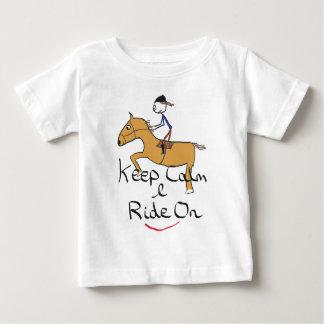 Guarde el montar a caballo tranquilo camiseta de bebé