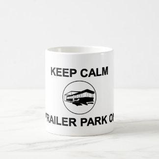Guarde el parque de caravanas tranquilo en la taza