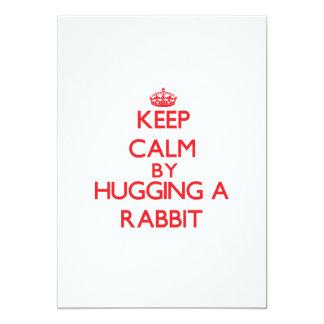 Guarde la calma abrazando un conejo comunicados personalizados