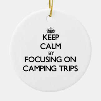 Guarde la calma centrándose en acampadas adorno de navidad