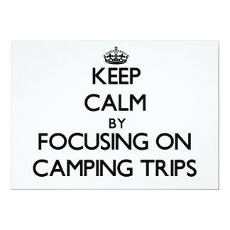 Guarde la calma centrándose en acampadas invitación 12,7 x 17,8 cm