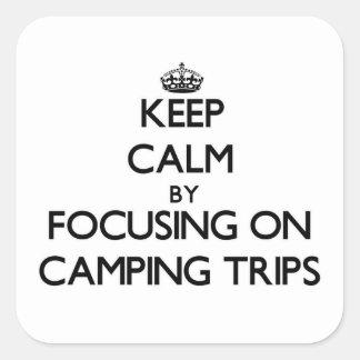 Guarde la calma centrándose en acampadas pegatinas cuadradas personalizadas