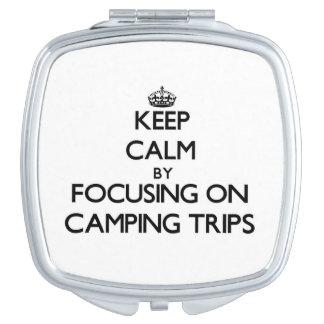 Guarde la calma centrándose en acampadas espejos compactos