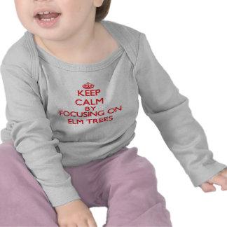Guarde la calma centrándose en ÁRBOLES de OLMO Camisetas