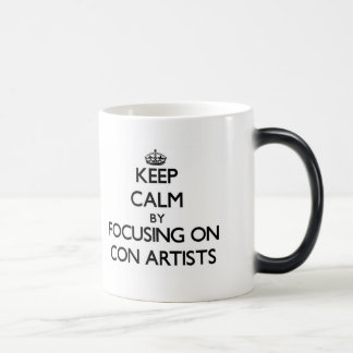 Guarde la calma centrándose en artistas de estafa taza de café