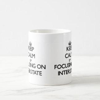 Guarde la calma centrándose en autopista tazas de café