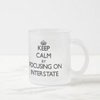 Guarde la calma centrándose en autopista taza
