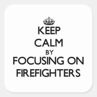 Guarde la calma centrándose en bomberos colcomanias cuadradas personalizadas