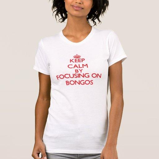 Guarde la calma centrándose en bongos camiseta
