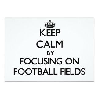 Guarde la calma centrándose en campos de fútbol invitación 12,7 x 17,8 cm