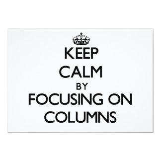 Guarde la calma centrándose en columnas invitacion personalizada