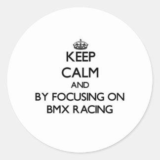 Guarde la calma centrándose en competir con de Bmx Etiquetas Redondas