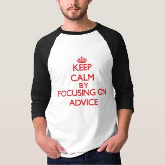 Guarde la calma centrándose en consejo camisas