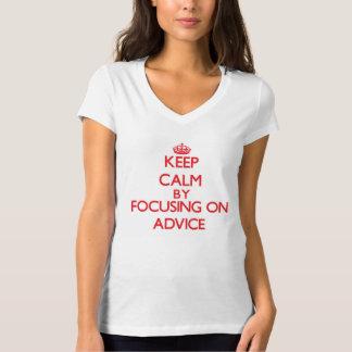 Guarde la calma centrándose en consejo camisetas