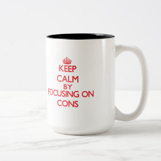 Guarde la calma centrándose en contra taza dos tonos