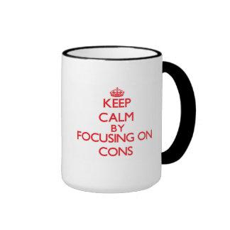 Guarde la calma centrándose en contra tazas