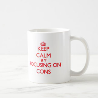 Guarde la calma centrándose en contra tazas de café