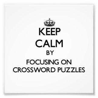 Guarde la calma centrándose en crucigramas foto
