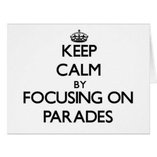 Guarde la calma centrándose en desfiles tarjeta de felicitación grande