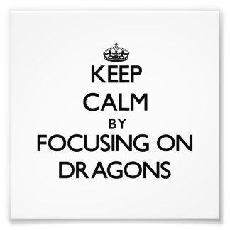 Guarde la calma centrándose en dragones arte con fotos