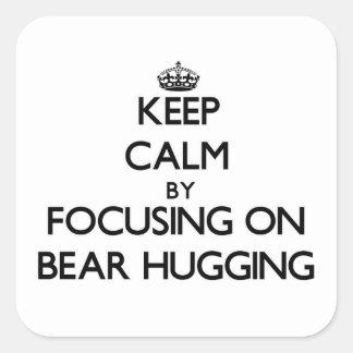 Guarde la calma centrándose en el abrazo del oso pegatina cuadrada