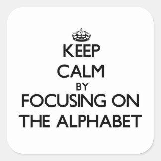 Guarde la calma centrándose en el alfabeto pegatina cuadrada