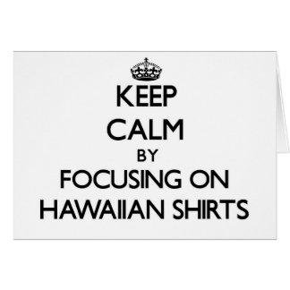 Guarde la calma centrándose en el camisetas hawaia tarjeta