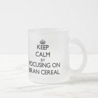 Guarde la calma centrándose en el cereal del salva taza