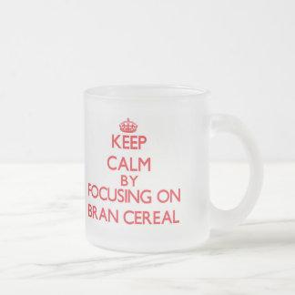 Guarde la calma centrándose en el cereal del taza de cristal