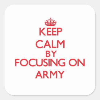 Guarde la calma centrándose en el ejército pegatina cuadrada