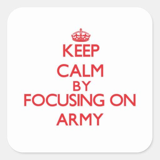 Guarde la calma centrándose en el ejército pegatina cuadradas personalizada