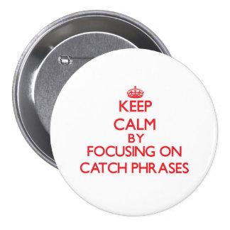 Guarde la calma centrándose en esloganes pin