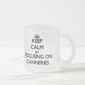 Guarde la calma centrándose en fábricas de conserv tazas de café