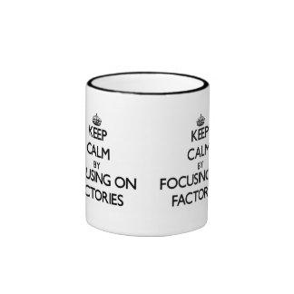 Guarde la calma centrándose en fábricas taza