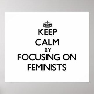 Guarde la calma centrándose en feministas póster