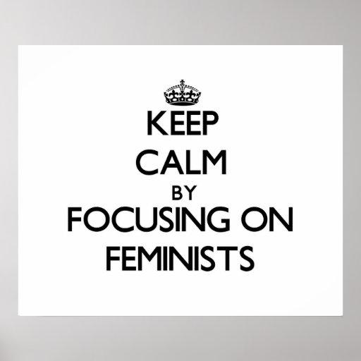 Guarde la calma centrándose en feministas posters