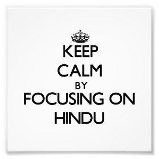 Guarde la calma centrándose en hindú fotos
