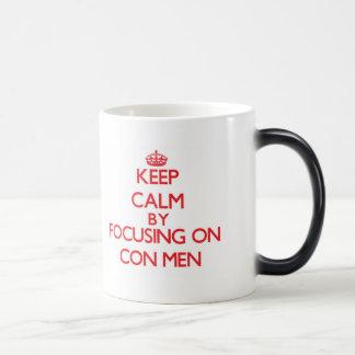 Guarde la calma centrándose en hombres de estafa taza de café