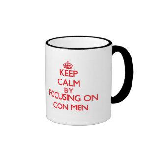 Guarde la calma centrándose en hombres de estafa tazas de café