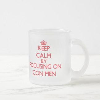 Guarde la calma centrándose en hombres de estafa tazas