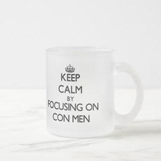 Guarde la calma centrándose en hombres de estafa