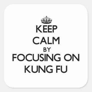 Guarde la calma centrándose en Kung Fu Calcomanía Cuadradase