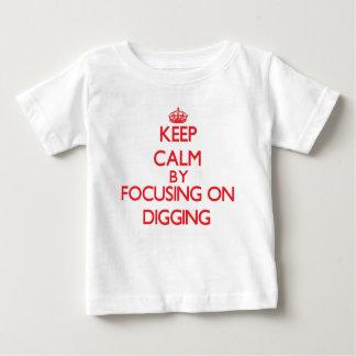Guarde la calma centrándose en la excavación camiseta
