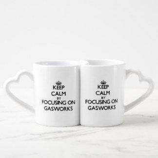 Guarde la calma centrándose en la fábrica de gas tazas para parejas