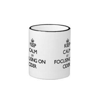Guarde la calma centrándose en la sidra taza de café