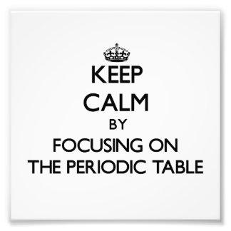 Guarde la calma centrándose en la tabla periódica fotografias