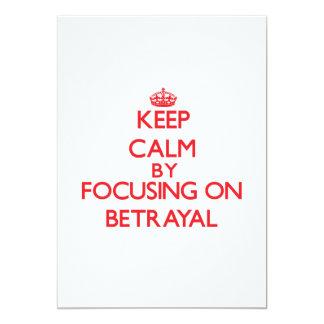 Guarde la calma centrándose en la traición invitación 12,7 x 17,8 cm