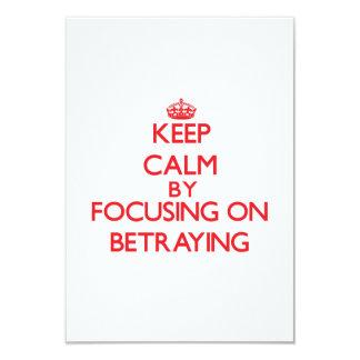 Guarde la calma centrándose en la traición invitación personalizada