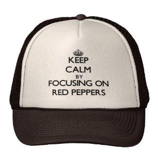 Guarde la calma centrándose en las pimientas rojas gorro de camionero